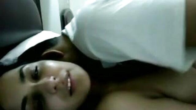 बहुत छोटा सेक्सी मूवी बीएफ फिल्म श्यामला शहद एक के साथ खेलता है